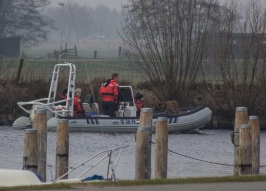 In het Friese Broek is zondagmiddag een zoektocht op het water geweest naar de sinds 24 januari vermiste Nicolaas Dominicus Post. Omdat de man slecht ter been is wordt gevreesd voor een ongeluk. Er zouden aanwijzingen zijn dat het lichaam van de man in het water zou liggen. Een aantal weken geleden is er reeds gezocht met een door de waterpolitie, duikers en een politiehelikopter. Dit leverde toen geen resultaat op. Zondagmiddag is er opnieuw gezocht naar de man, dit maal door SIGNI zoekhonden. Signi zoekhonden is een hulpverlenende stichting die ten doel heeft vermiste mensen (levend of overleden) op te sporen met behulp van zoekhonden en een professioneel duik-,sonar- , vaar- en grondonderzoekteami.c.m. ondersteunende middelen (zoals o.a. een sonar, dreg, metaaldetector en een R.O.V.). Signi zoekhonden heeft zich gespecialiseerd in het zoeken met honden naar verdronken personen en naarvermiste personen in rampgebieden. Signi zoekhonden is een stichting die bij een vermissing, op een professionele wijze haar werk verricht op eennon-profit basis. De stichting wordt regelmatig ingeschakeld bij vermissingen, zowel door instanties en overheden (politie, brandweer, reddingsbrigades, bedrijven, etc.), als door particulieren (familie, vrienden en nabestaanden). Momenteel is de zoektocht nog gaande, het is nog niet bekend of de zoektocht al resultaat heeft opgeleverd.